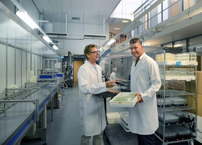 John Bijl (links) en Ard Stoutjesdijk in het laboratorium van het jubilerende Vitro Plus.