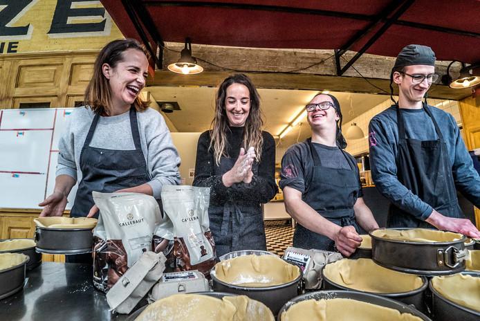 Femke (links), Anne, Menno en Michiel verrichten wondertjes in de keuken van de Firma van Buiten.