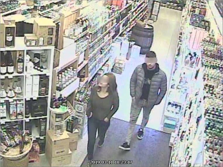 De daders, zoals ze te zien zijn op beelden van een bewakingscamera in de zaak. Op dat moment staat de exclusieve fles gin, links bovenaan op de foto, nog netjes op z'n plaats.