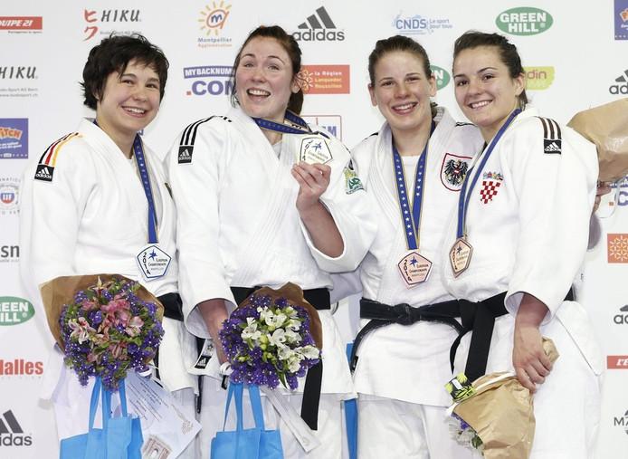 Kim Polling (tweede van links) wordt geflankeerd door de 'zilveren' Laura Vargas-Koch (links) en de bronzen Bernadette (Oostenrijk) en Barbara Matic uit Kroatië (rechts).