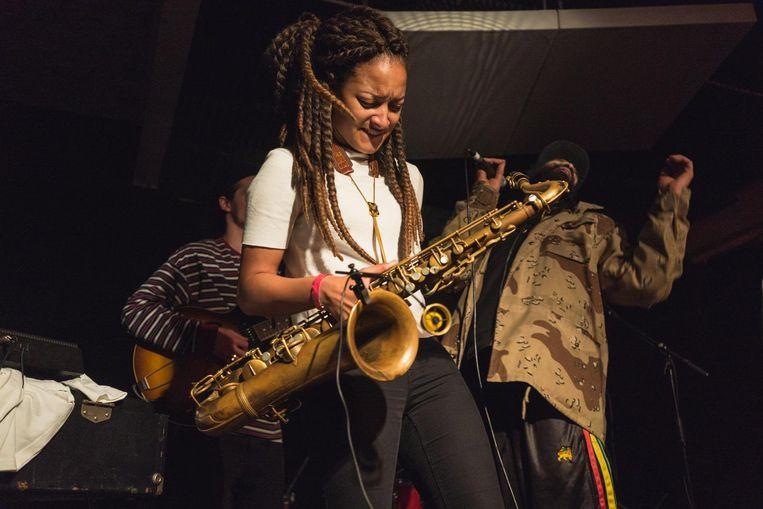 Nubya Garcia groeide met haar tenorsax tijdens We Out Here steeds meer uit tot de ster van de tweedaagse jazzpresentatie. Beeld We Out Here
