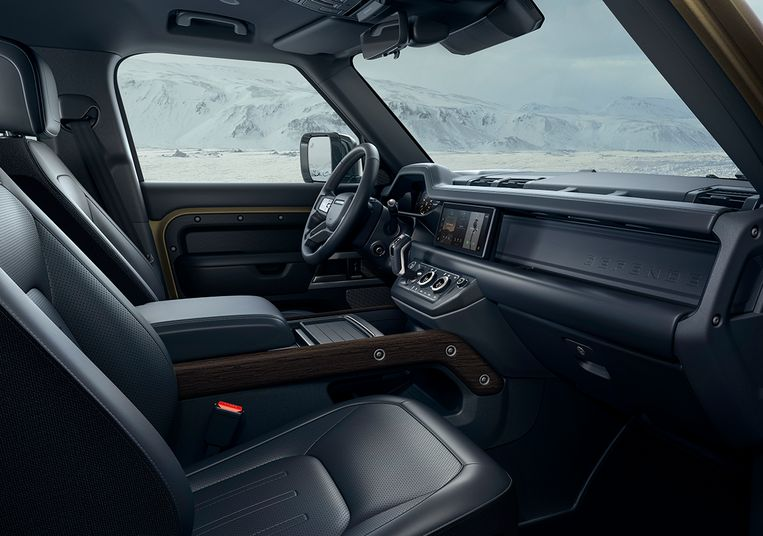 Het toverwoord van Land Rover voor de Defender is robuust. In het interieur uit zich dat onder meer door  hier en daar zichtbare schroefkoppen. Beeld