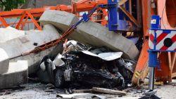 Automobilist stapt na crash net op tijd uit, want dan valt kraan op zijn wagen
