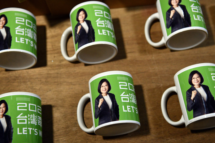 Mokken met Tsai Ing-wen erop in een etalage in Taipei.
