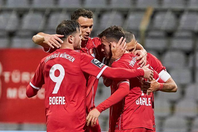 Tom Boere (links) viert een treffer met zijn ploeggenoten van Türkgücü München.