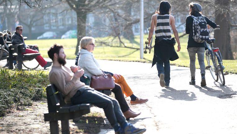 Mensen genieten in Maastricht van een bijzonder zonnige dag, 15 februari 2017 Beeld null