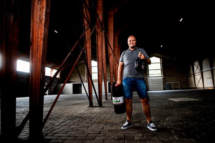 Organisator Dany Levi in het Drieslag, de hal op het Zwitsalterrein waar het Bierfestival wordt gehouden. Grolsch ondersteunt het evenement waar nu ook pils te koop is. Er is ook volop aandacht voor wijn en hippe limonades.