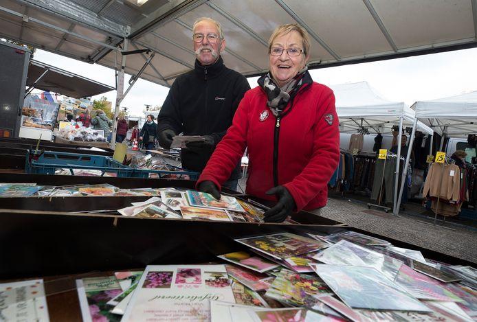 Lin en Jannie Krispijn op de markt in Duiven: ,,Mensen vertellen ons van alles.''