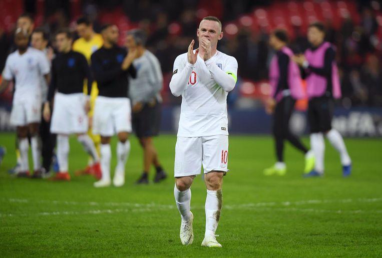 Wayne Rooney bedankt de Engelse fans na zijn laatste interland ooit Beeld Getty Images