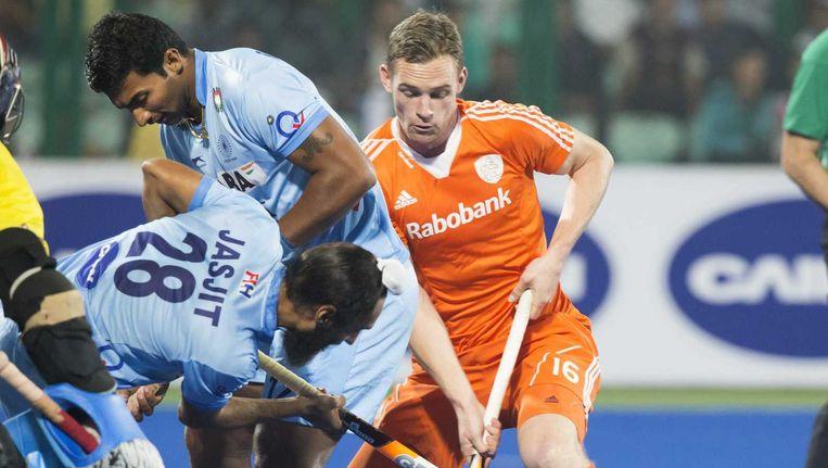 Mirco Pruijser met links Jasjit Singh Kular tijdens de wedstrijd om de derde plaats tussen de mannen van Nederland en India Beeld anp
