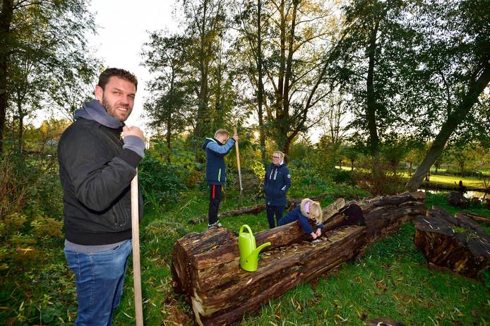 Bas en Rebecca Muller in de prijswinnende buurttuin achter de Rietzoom. Hun kinderen Bente en Aaron spelen er geregeld.