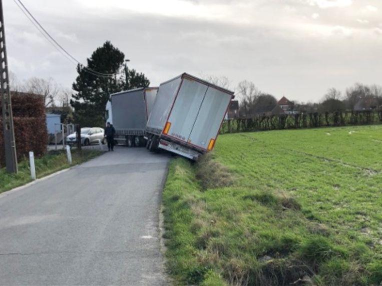 De achterkant van de vrachtwagen belandde in de gracht.
