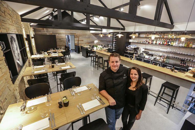 Thijs Clinckemaillie en Aurélie Reynaert, de zaakvoerders van restaurant Hula, op een archiefbeeld van vijf jaar geleden, bij de opening van hun zaak.