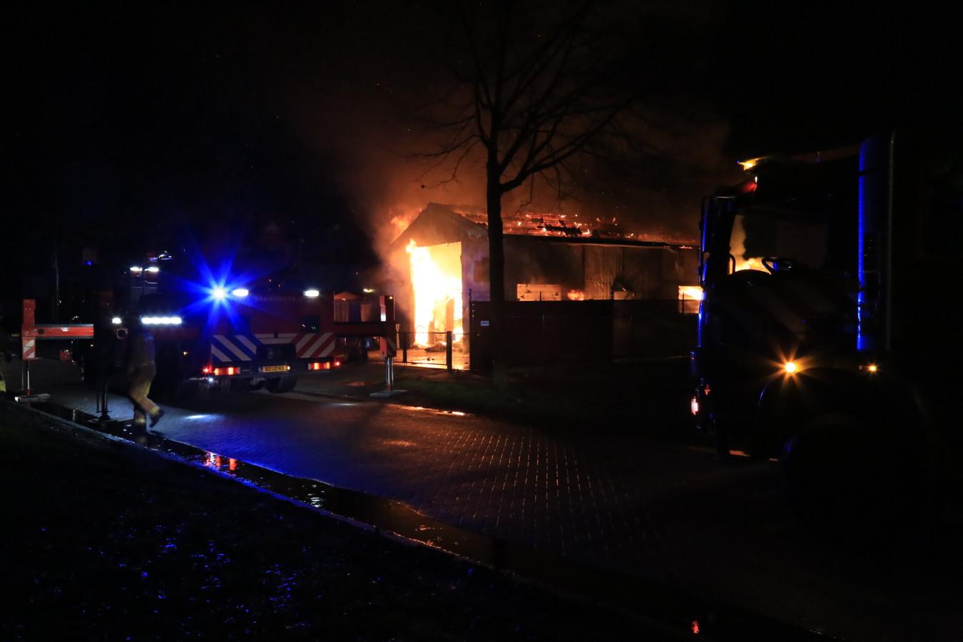 Uitslaande brand bij autobedrijf in Helmond.