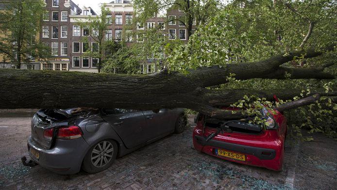 Deze twee wagens overleefden de storm in Amsterdam niet