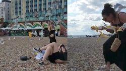 Vrouw met pakje frieten aangevallen door meeuwen op het strand
