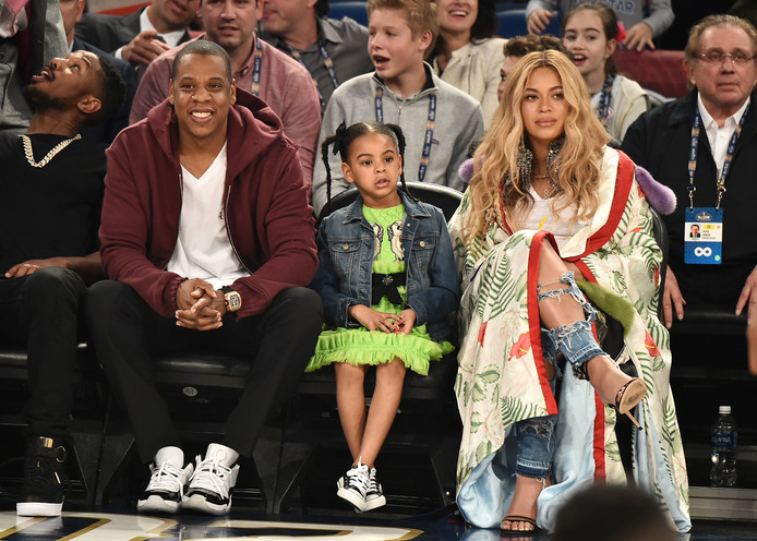 Beyoncé, son mari Jay-Z et leur fille Blue Ivy, lors d'un match de basket, en Louisiane, le 18 février 2017.