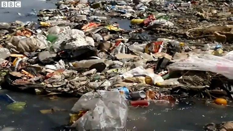 Het afval in de stad stapelt zich op.