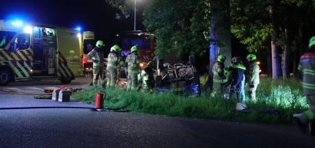Auto over de kop bij eenzijdig ongeval op Edeseweg, twee personen gewond