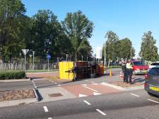 Aanhangwagen met snoeiafval gekanteld in Helmond-West