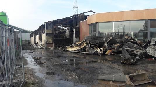 De showroom van Superkeukens is redelijk ongeschonden na de brand, van de loods is weinig over.