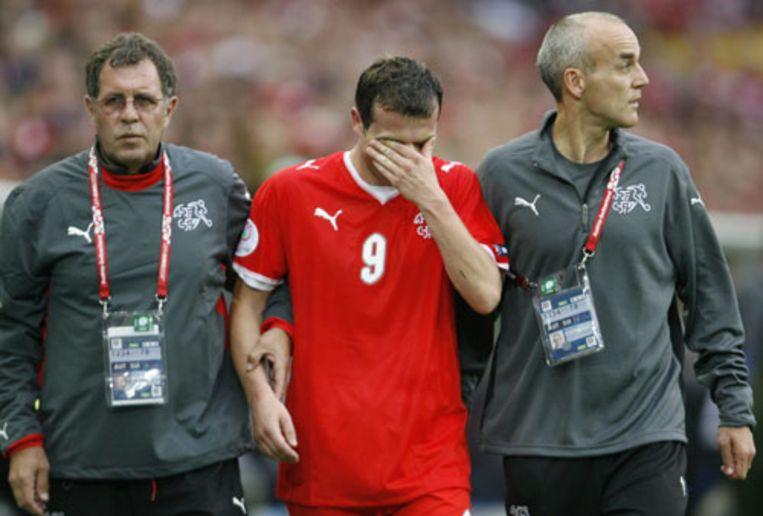 De geblesseerde Alex Frei verlaat huilend het veld. (Reuters) Beeld null
