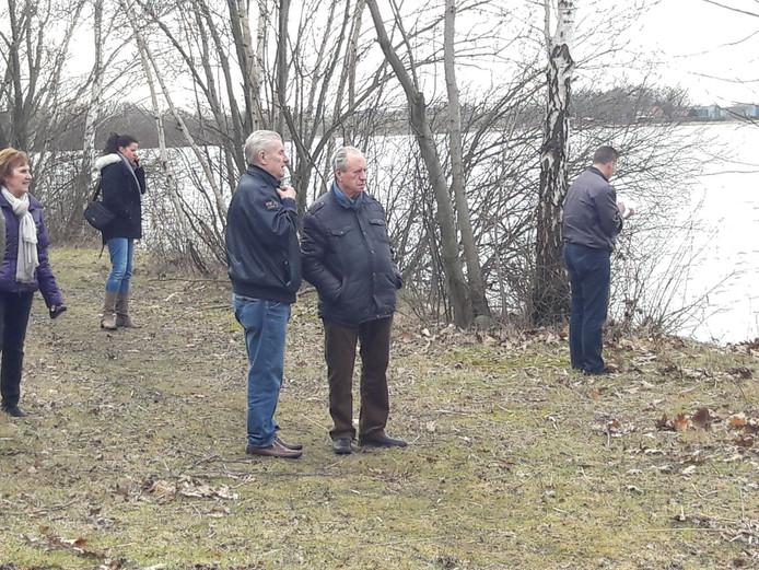 De man links is Jan Hölskens, broer van de vermiste Piet.