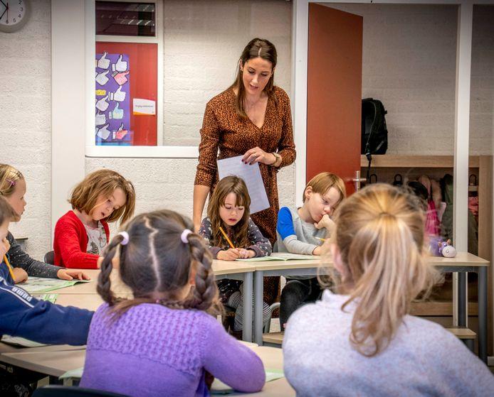 Alle leraren van basisschool Den Bijstere leggen vandaag hun werkzaamheden neer om langs de deuren te gaan en mensen te informeren.