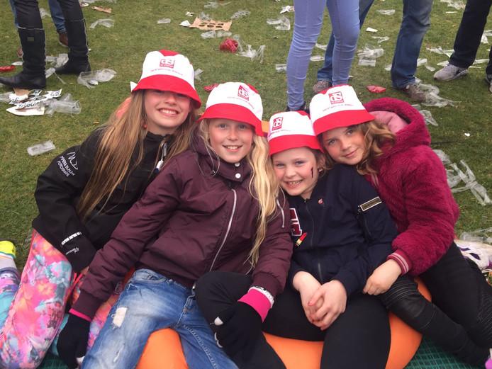 Vier meiden tijdens het BFO blij met hun Stentor hoedjes