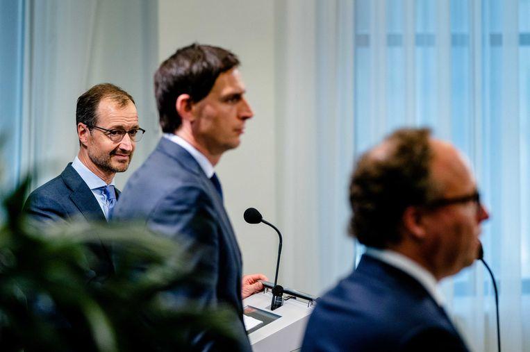 Ministers Wouter Koolmees (Sociale Zaken), Eric Wiebes (Economische Zaken) en Wopke Hoekstra (Financien) lichten het steunpakket 2.0 toe.  Beeld ANP