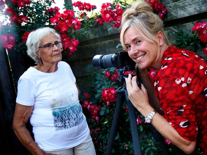 Fotografe Spiek van Boom maakt een portret van een oudere dame.