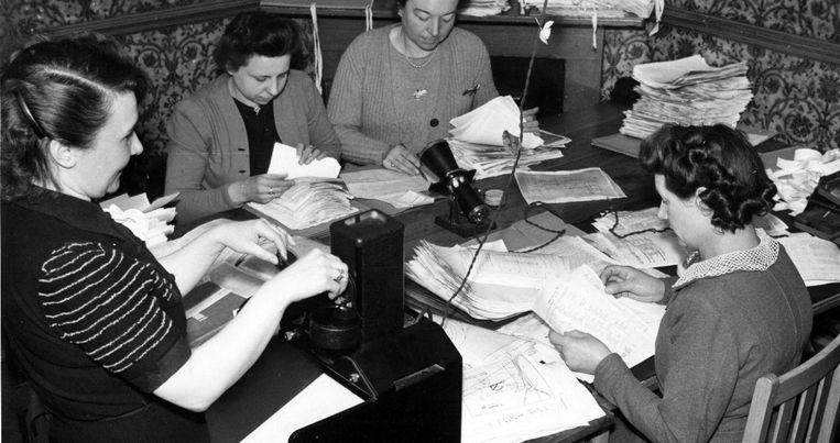 De Staatsveiligheid begint als een kleine dienst, maar groeit snel uit tot een heuse administratie. In februari 1943 zijn 88 personen in dienst voor heel wat papierwerk. Tijdens de Tweede Wereldoorlog ontving de afdeling Inlichtingen alleen al meer dan 150.000 pagina's uit bezet België.