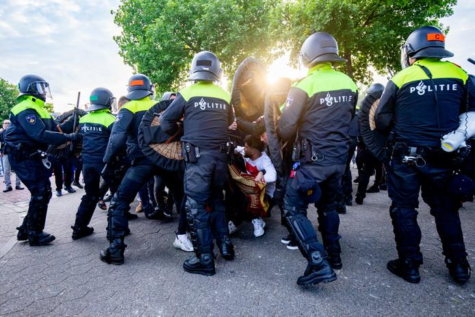 De politie breekt eind mei de demonstratie van Pegida in Eindhoven af na ongeregeldheden.