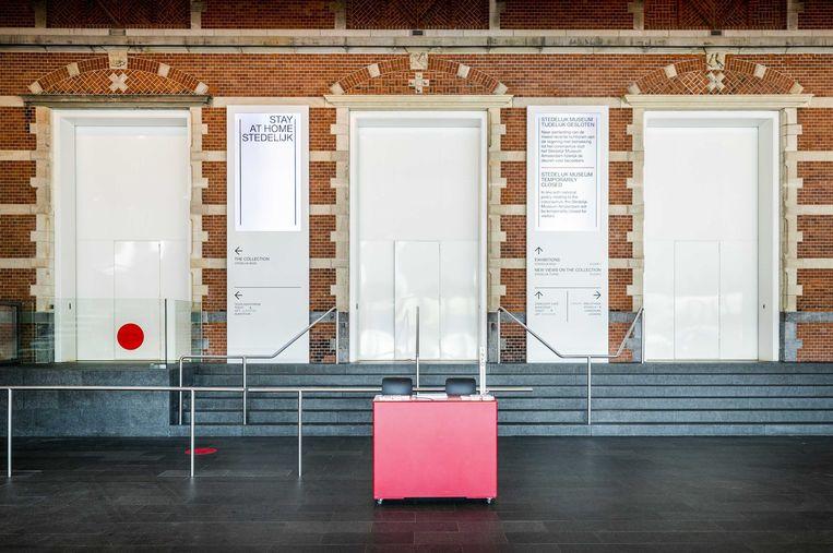 Interieur van het Stedelijk Museum. Het museum is gesloten vanwege de invoering van maatregelen om verspreiding van het coronavirus zoveel mogelijk tegen te gaan. Beeld ANP