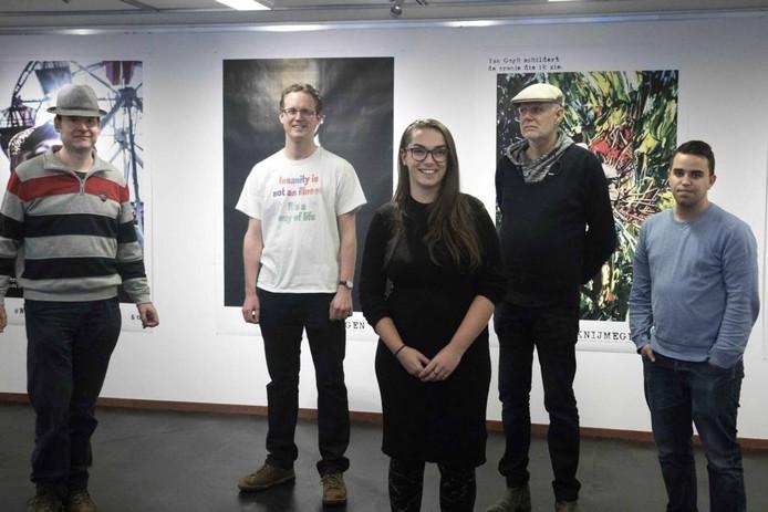 Kunstenares Sanne Willemsen met de vier deelnemers aan het project. Foto: Gerard Verschooten
