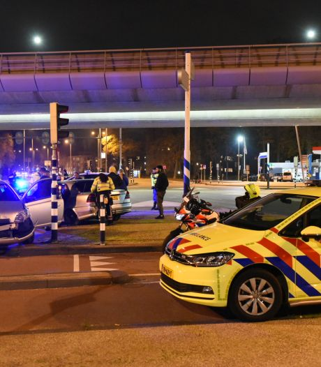 Auto tolt over 24 Oktoberplein in Utrecht na botsing