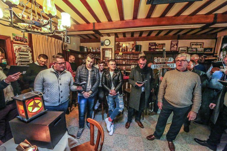 Mannenkoor De Kerels hield onder andere in Café Damberd de traditie van de Nachtridders in ere.