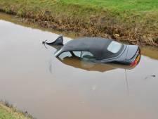 Cabrio ontwijkt vrachtwagen en belandt in sloot in Eesveen
