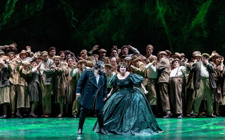 Nabucco (George Petean) en zijn opstandige dochter Abigaille (Anna Pirozzi) in de nieuwe enscenering van Verdi's 'Nabucco' bij De Nationale Opera.