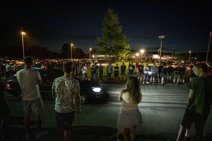 In Enschede hebben zich zaterdag in het begin van de avond honderden auto's zich verzameld voor een carmeeting