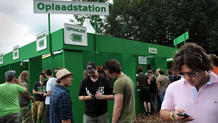 Op drukke festivals, zoals Lowlands op de foto hierboven, raakt het netwerk voor mobiel internet makkelijk overbelast. Beeld Marcel van den Bergh / de Volkskrant
