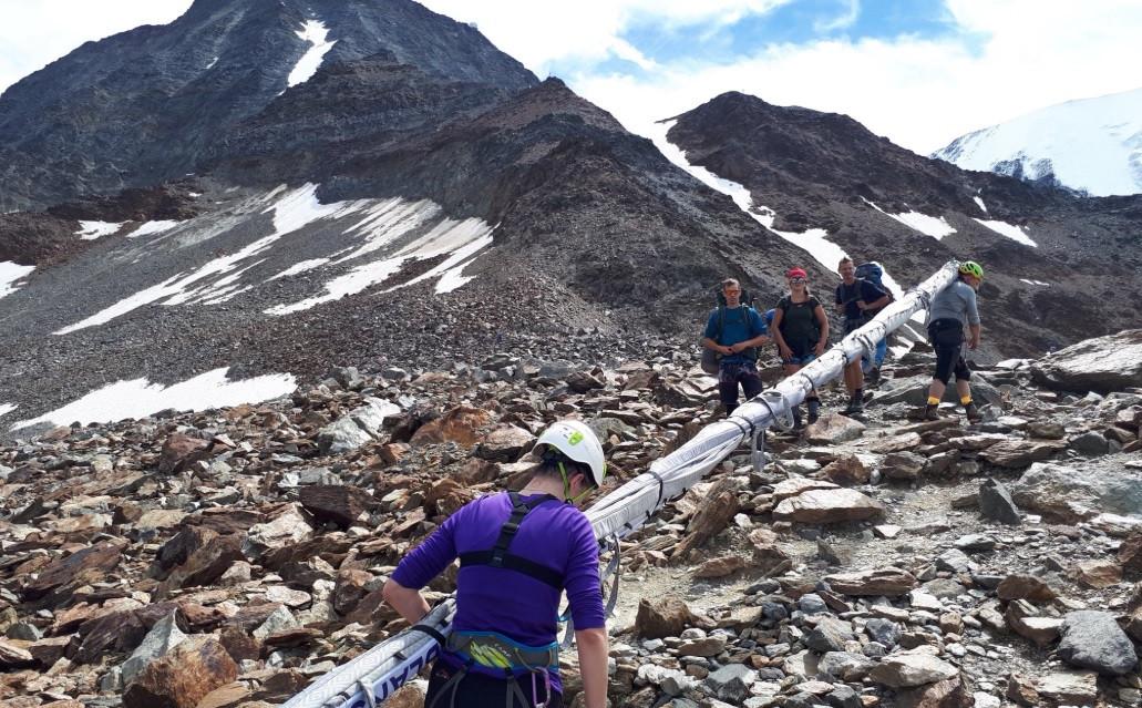 Jean-Marc Peillex, de burgemeester van Saint-Gervais-les-Bains, postte eerde al foto's van klimmers die een lange mast meezeulden op de Mont Blanc.