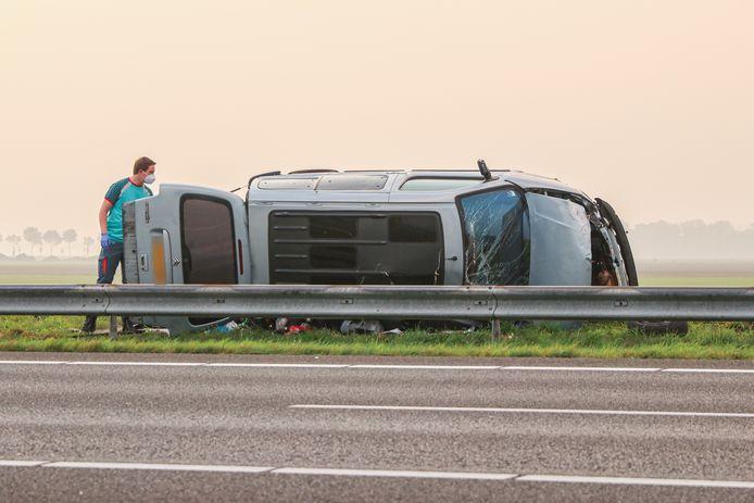 De zwaarbeschadigde bestelbus waaruit twee mannen gewond zijn gevlucht.