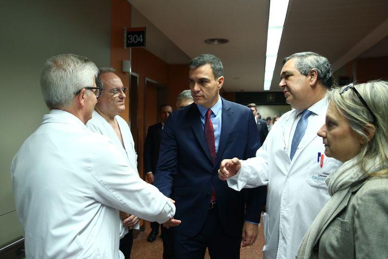 Premier Pedro Sanchez bezoekt gewonde agenten in het Santa Creu i Sant Pau-ziekenhuis in Barcelona.