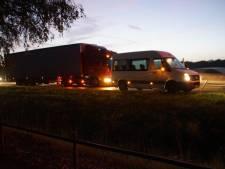 Vrachtwagen botst achter op taxibus op N18 bij Heelweg