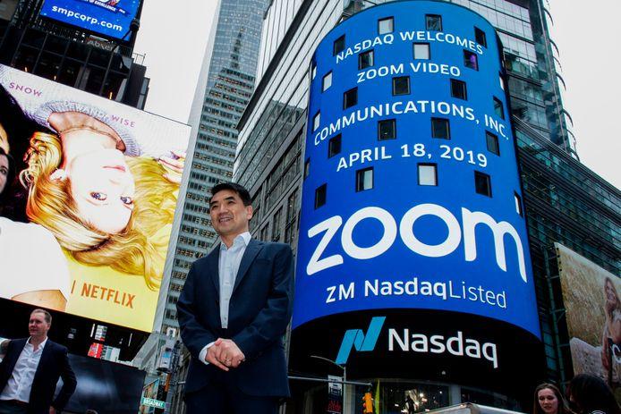 Eric Yuan devant la tour NASDAQ, ayant pris les couleurs de Zoom, en avril 2019, à New York