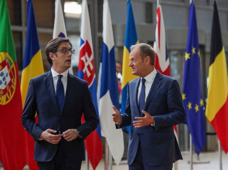 Stevo Pendarovski (L) en Donald Tusk (R).