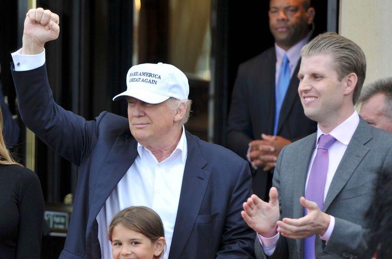 Donald Trump met zijn zoon Eric in volle kiescampagne in juni vorig jaar.