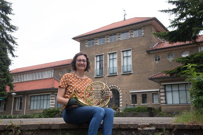 Hanneke van Dijk, voorzitter van Crescendo Ermelo, op de plek waar het 125-jarig orkest een concert gaat geven.