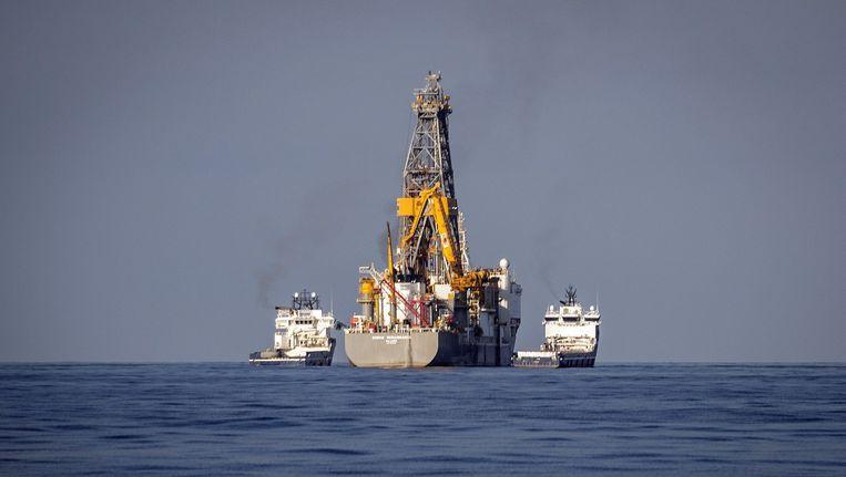 Een schip voert proefboringen uit voor de kust van Lanzarote.